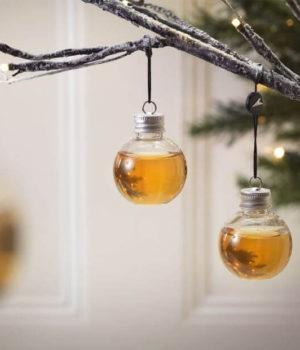 kerstballen met whisky gevuld